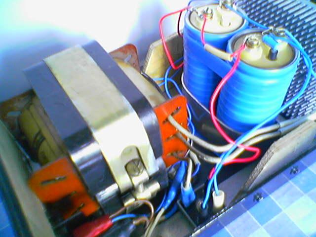 Собираем согласно электросхеме и монтируем в корпус схему стабилизатора...